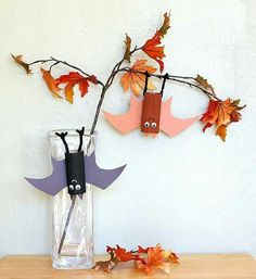 Here's a simple hanging bat craft for kids using just a few common crafting materials. These adorable bats are a great way for kids to help decorate for fall or Halloween. They also make a great activity to go with the children's book, Stellaluna! Halloween Infantil, Spooky Halloween Crafts, Fete Halloween, Spirit Halloween, Halloween Kids, Halloween Themes, Halloween Forum, Paper Crafts For Kids, Paper Crafting