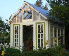 Växthus av fönster med tak av kanalplast
