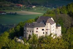Burg Plankenstein Texing Set in an elevated position, in a historic, 800-year-old castle, Burg Plankenstein offers individually furnished rooms and a terrace with panoramic views of the surroundings. All rooms have parquet floors and feature private bathrooms.