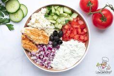 Op zoek naar een frisse lunch of lichte avondmaaltijd? Dan is deze frisse Griekse salade met kip en tzatziki perfect. #koolhydraatarm #keto #salade