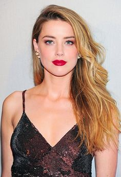 Side sweep + red lips = Hollywood perfection from Amber Heard Amber Heard Bikini, Fotos Amber Heard, Amber Heard Images, Amber Heard Style, Amber Heard Hot, Amber Herd, Side Swept Hairstyles, Beautiful Actresses, Makeup Looks