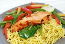 Salmon parcels with noodles and vegetables – Recipes – Slimming World