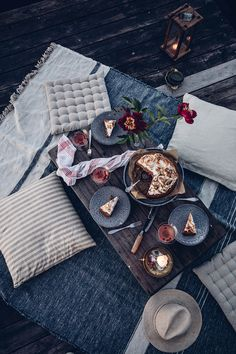Moon Picnic in Sweden at the Lake - & a delicious Rhubarb-Lingonberry-Cake with Meringue - Our Food Stories Night Picnic, Picnic Dinner, Beach Picnic, Summer Picnic, Indoor Picnic Date, Garden Picnic, Picnic Parties, Summer Bucket, Dinner Parties