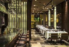Accanto alla parte dedicata ai drinks trova posto la sala interna, composta da tavolini quadrati e poltroncine in pelle e acciaio firmate Autoban