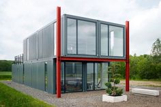 shipping container house (koma modular construction) - Diseño simple pero efectivo porque ha logrado un conjunto armónico