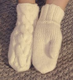 Woolen Socks, Knitting Charts, Knitting Ideas, Knit Mittens, Winter Dresses, Hand Warmers, Handicraft, Needlework, Knit Crochet