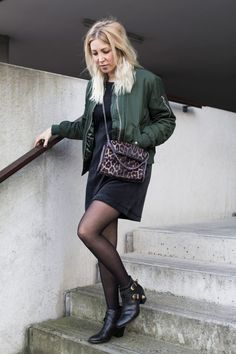 Outfit für den Wintertyp  Jan 'n June, Samt, Velvet, Black, Dress, Kleid, Bomberjacke, Urban Outfitters, Urban Renewal, By Blanch, vegan, veganstyle, ootd, lotd, Look, Outfit, Streetstyle, Fall, Stella McCartney, Leo, Boots, Fall, Autumn, Inspiration, Fashion, Blog, stryleTZ