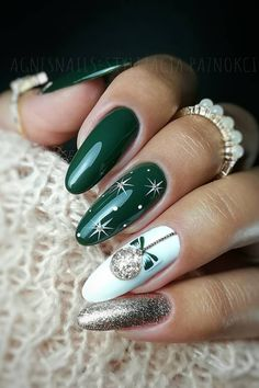 Beautiful green Christmas nails with white snowflakes and glitter design! Here are the best Christmas acrylic nails designs, cute Christmas nails and red Christmas nails 2018 that We've Cherry Picked, to act as an inspiration for you! Christmas Nails 2019, Christmas Gel Nails, Christmas Nail Art Designs, Holiday Nails, Christmas Design, Christmas Glitter, Xmas Nail Art, Winter Nail Designs, Winter Nail Art