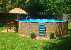 Dé oplossing voor een mooi (tijdelijk) zwembad in de tuin. Zwembad omwikkelen met rieten matten!