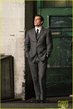 henry cavill suits up on man from uncle set 01
