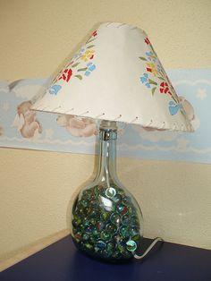 NUESTRAS BOTELLAS DECORADAS | Aprender manualidades es facilisimo.com Liquor Bottles, Bottles And Jars, Diy Bottle, Bottle Crafts, Fillable Lamp, Bottle Lights, Glass Blocks, Mason Jar Lamp, Lampshades
