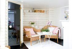 Förr: En fuktig oinredd och outnyttjad källare på 65 kvadratmeter. Idag: Ett härligt spa med bastu och modern tvättstuga – en yta som använd...