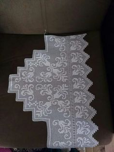 This Pin was discovered by HUZ Filet Crochet Charts, Crochet Borders, Crochet Patterns, Small Cross Stitch, Crochet Curtains, Chocolate Decorations, Crewel Embroidery, Darning, Diy And Crafts