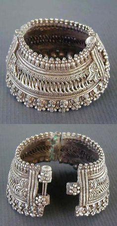 Joias Étnicas... Índia - Antiga tornozeleira ou pulseira articulada em Prata, provavelmente de Maharashtra ,da primeira metade do século XX.