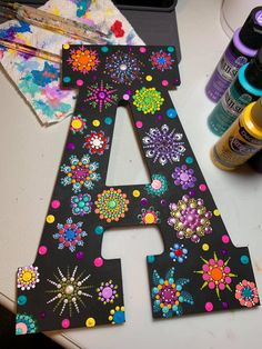 Letra negra con fucsia Wooden Letter Crafts, Painting Wooden Letters, Painted Letters, Dot Art Painting, Mandala Painting, Stone Painting, Mandala Dots, Mandala Design, Rock Crafts