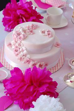 sugarflower cake (http://www.pinksugar-kessy.de/2012/10/blutentorte-in-wei-und-rosa.html?utm_source=bp_recent=gadget_campaign=bp_recent)