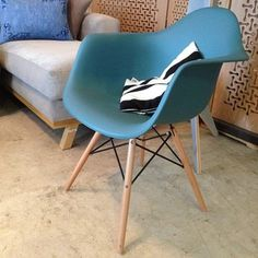Ahora tenemos sillas Eames en CLOROFILIA, colores, con y sin descansa brazos #chair #design #furniture #silla #diseño #mobiliario #interior