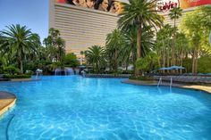 #Vegas may have blazing hot temperatures, but we're highly rewarded with gorgeous pools on the Strip. We love this tropical oasis at #Mirage hotel.