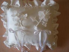 Cuscino portafedi con fiori e bordo a macrame'