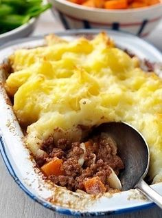 There are a few British classics that have managed to remain family favourites for generations but a good juicy Shepherds pie recipe continues to be served Slimming World Dinners, Slimming World Recipes Syn Free, Slimming World Diet, Slimming Eats, Slimmers World Recipes, Pie Recipes, Cooking Recipes, Recipies, Easy Recipes
