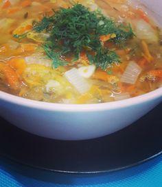 Jak się okazuje zupy na wodzie też są smaczne! A szczególnie ogórkowa! :) Składniki: 1 marchewka 1/2 pietruszki 1/3 selera 1/2 cebuli 4-5 ogórków Thai Red Curry, Sushi, Vegetarian Recipes, Recipies, Vegan, Meals, Cooking, Healthy, Ethnic Recipes