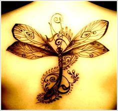 Dessin d'une libellule de couleur noir en tattoo sur le dos https://tattoo.egrafla.fr/2016/02/04/modeles-tatouage-libellule/