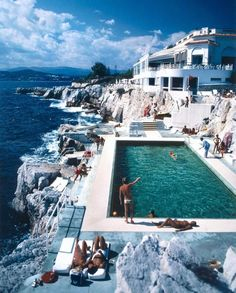 Photographs and beautiful places truly are timeless. Swimming pool at the Hotel du Cap Eden-Roc, Antibes, France, August 1976 taken by Slim Aarons. Slim Aarons, Eden Rock, Juan Les Pins, Beste Hotels, European Summer, French Riviera, Saint Tropez, Travel Goals, Travel Tips