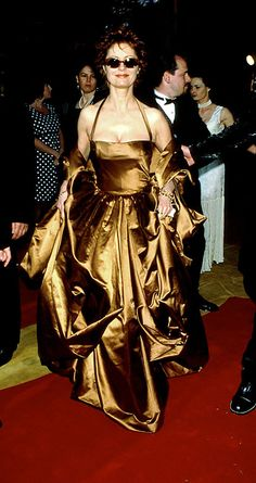 While no one should ever wear this dress again, you must admit Susan Sarandon is positively owning it at the 1996 Oscars. | 26 Oscar Dresses You Once Thought Were SooooOOOooo Pretty