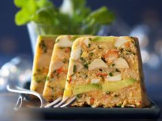 Terrine de crabe exotique with avocado and hearts of palm Seafood Appetizers, Seafood Recipes, Xmas Food, Healthy Breakfast Recipes, Mousse, Food And Drink, Easy Meals, Dishes, Cooking