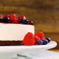 Ostekake med bær- og gelelokk Sweet Recipes, Nom Nom, Special Occasion, Cheesecake, Desserts, Cakes, Food, Tailgate Desserts, Deserts