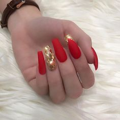 Opting for bright colours or intricate nail art isn't a must anymore. This year, nude nail designs are becoming a trend. Here are some nude nail designs. Fabulous Nails, Perfect Nails, Gorgeous Nails, Pretty Nails, Gold Acrylic Nails, Acrylic Nail Designs, Red Nail Designs, Art Designs, Crome Nails