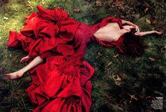 Karlie Kloss Vogue US July 2009 by Annie Leibovitz. Red ruffled dutchess satin dress by Zac Posen. Annie Leibovitz, Karlie Kloss, Image Fashion, Red Fashion, High Fashion, Vogue Fashion, Fashion Shoot, Zac Posen, Sr1