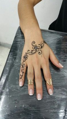 200 Pictures of Female Arm Tattoos for Inspiration - Photos and Tattoos - Flower Tattoo Designs - Henna Tattoo Mendhi Tattoo Blumen Tattoo Blume Tattoo Diamant Tattoo Hand - Henna Tattoo Hand, Henna Tattoos, Henna Tattoo Muster, Henna Tattoo Designs Simple, Hand Tats, Flower Tattoo Designs, Tattoo Floral, Mehndi Designs, Tattoo Flowers