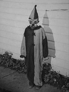 Creepy Vintage Halloween: 34 old photos of clowns you may not want to see at night ~ vintage everyday Photos D'halloween Vintage, Vintage Halloween Photos, Photo Vintage, Halloween Pictures, Old Photos, Vintage Portrait, Vintage Bizarre, Creepy Vintage, Vintage Clown
