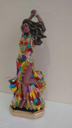 Imagem em gesso decorada com pedras, bijuterias e galões.    Os Ciganos adoram as cores, por isso é muito comum vermos as ciganas com roupas e adereços bem coloridos.    *** fazemos esse estilo de pintura em todas as ciganas.