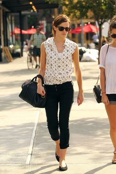 Best Looks Of Emma Watson Street Style! - Still remember the beautiful Hermione? Yep, Emma Watson, who is currently enjoying the college years. Mode Chic, Mode Style, Style Me, City Style, Jimmy Fallon, Estilo Fashion, Ideias Fashion, Emma Watson Style, Emma Watson Fashion