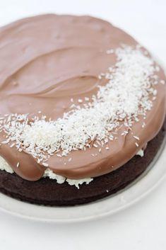 Kæmpe Bounty kladdkaka - chokoladekage med kokosfyld Vanilla Cake, Panna Cotta, Sweets, Snacks, Ethnic Recipes, Dulce De Leche, Appetizers, Gummi Candy