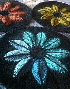 En beskrivning på en stickad blomsterrundel med förkortade varv att använda till exempelvis filt, kudde, grytlapp, sittdyna eller vad man vill, beroende på vilket garn som används.
