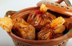 mixote - lleva pollo con salsa, envuelta en hojas de maguey.