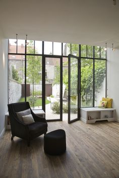 Extension house in row, living room view new garden Black window frames Garden Doors, Patio Doors, Interior Architecture, Interior And Exterior, Interior Design, Living Room Windows, Living Spaces, House Extensions, Glass House