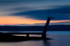 A beach in Oslo with the most beautiful structures imagineable