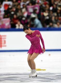 演技を終えて観客にあいさつする浅田 (800×1088) http://www.nikkansports.com/sports/figure/asada-mao/photo/article/1572225.html