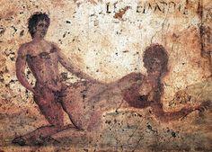 El estudio del arte erótico romano ha sido entorpecido por la moral. Hasta los 60, se despreciaba por 'la corrupta moral de los romanos', dividiendo las piezas separando hombres y mujeres. En las excavaciones de Pompeya y Herculano, se destruían o almacenaban objetos de dudosa moralidad. En los 50, los dibujos de las cerámicas eróticas eran censurados borrando los órganos sexuales masculinos. Grafito de Pompeya sobre un fresco de escena erótica Revista Memoria, Historia de cerca, nº XVI