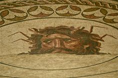 P ois ele aí está, o volume do Corpus dos Mosaicos Romanos de Portugal  que trata do Algarve. Da autoria de J. Lancha e de Crist...