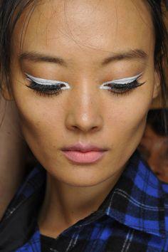 Resalta la #belleza natural de tus ojos con un #maquillaje dramático: Nanette Lepore Spring 2015 #makeup