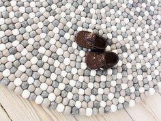 En klassisk, vacker och långtidshållbar filtbollsmatta. Filtbollsmattan består av vita, ljusgrå och natrurgrå bollar. Färgerna är mycket populära och används ofta tillsammans med läder och klassiska möbler. I motsats till Multi Color, så utstrålar den här mattan lugn, harmoni och är inte dominerande.