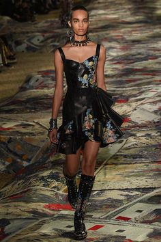 #AlexanderMcQueen #fashion #Koshchenets  Alexander McQueen Spring 2017 Ready-to-Wear Collection Photos - Vogue