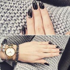 Ah les manucures noires!  Classiques et élégantes à souhait  #lookdujour #ldj #blackmani #blacknails #allblackeverything #manicure #nails #nailsinspo #inspiration #classy #regram  @florajder