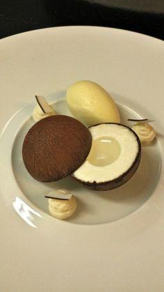 gelée de noix de coco, crème coco, coque en chocolat 55% d'Equateur peu amer, brunoise d'ananas compôté avec de la vanille et du citron, mousse à la noix de coco, meringue coco et sorbet à l'ananas.