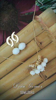 Conjunto de semijoia folheado a ouro feito com cristais branco.